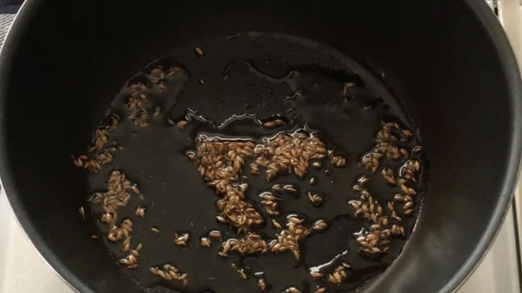 クミンをフライパンで炒める