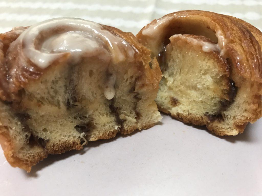 カルディの冷凍シナモンロールの断面
