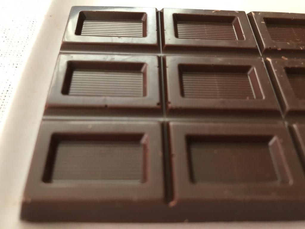 シャトレーゼカカオ54%のチョコレートの表面