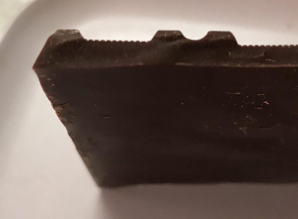 高カカオの板チョコの断面