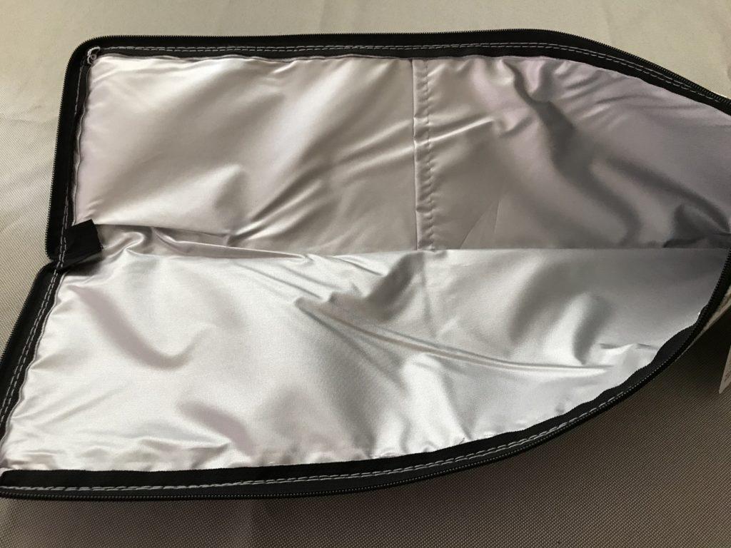 スリーコインズのヘアアイロンポーチは内側アルミ生地、ポケット付き