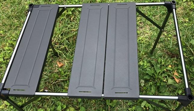 SoomLoom 折りたたみ式アルミテーブルの天板をはめ込む