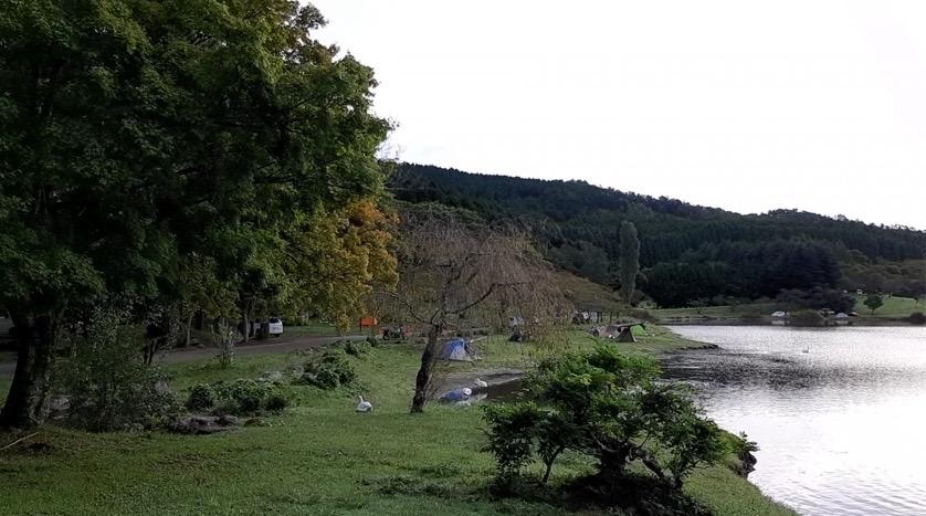 志高湖のほとりで湖畔キャンプ