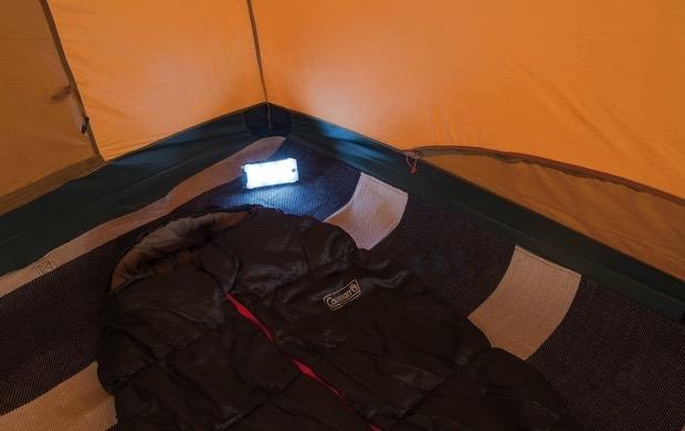 コールマン クアッドマルチパネルランタンをテントで