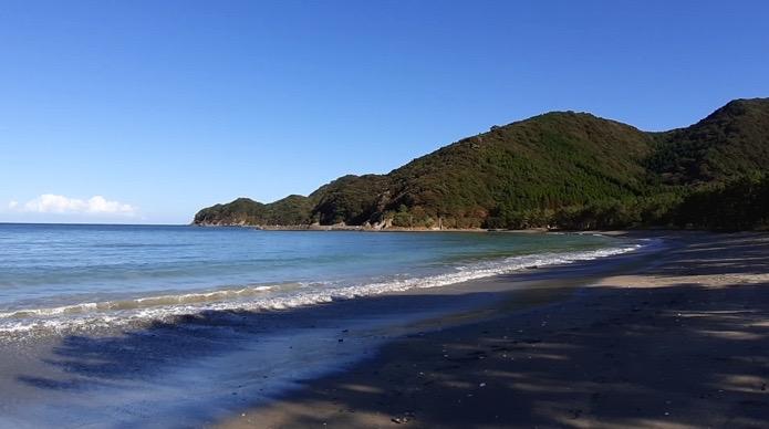 大分県無料キャンプ場の波当津海水浴場の海辺、砂浜