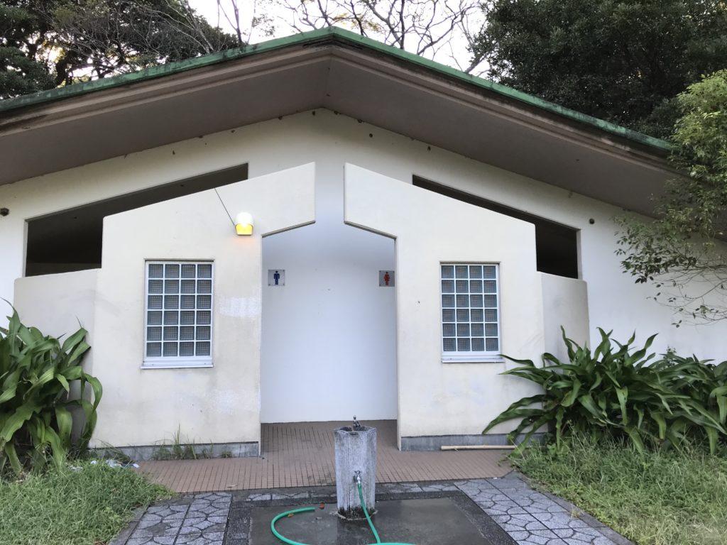 大分県無料キャンプ場の波当津海水浴場のトイレ