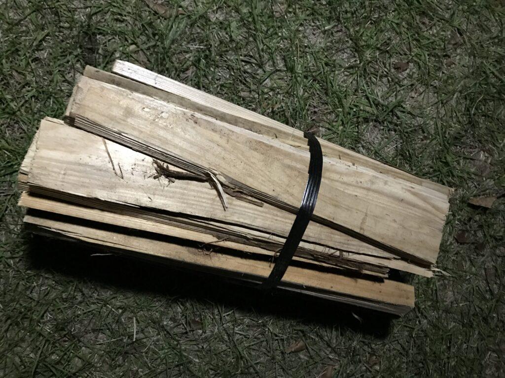 キャンプ場で購入した薪